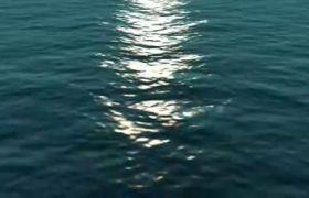 夜晚大海波光粼粼与月光反射高清实拍