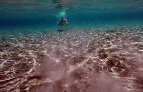 人在陆地水下潜水游泳镜头