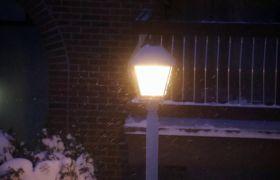 冬天飘雪的夜晚户外路灯?#31449;?#22836;