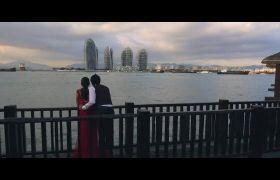 浪漫的情侣在桥上欣赏海边景色