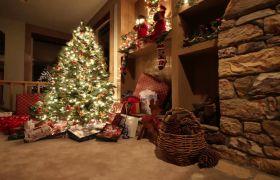 圣诞节节日礼物围绕壁炉高清实拍