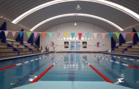 室内游泳馆游泳池人们在游泳