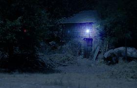 夜晚黑暗灯光下的野外小屋