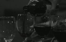 优雅红酒倾倒高脚杯高清实拍