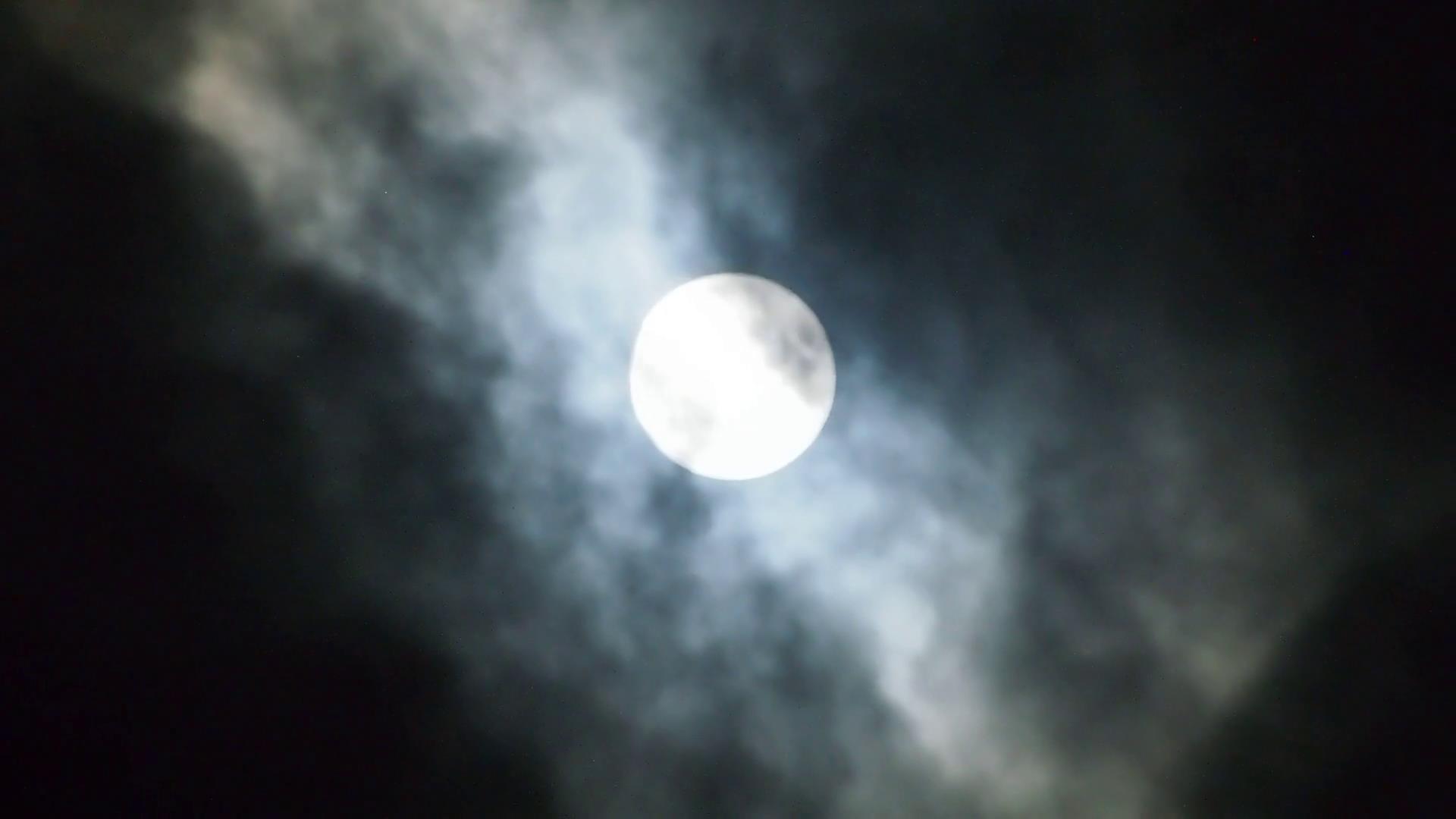 黑暗夜空云雾朦胧笼罩着圆月-92素材网_ae模板,视频