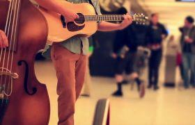 地铁站陌头艺人演奏音乐