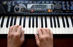 电子琴轻缓演奏高清实拍