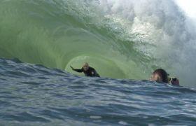 夏季海岸极限冲浪活动高清实拍