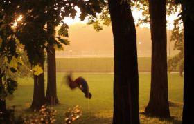 雨后街舞跑酷训练后空翻高清实拍