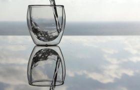桌面水杯倒水镜面反射高清实拍