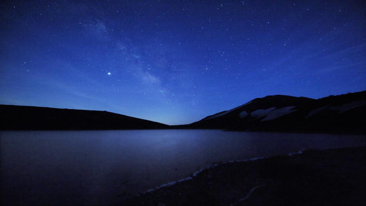 星空海面延时视频素材推荐 这是一款宁静夜晚海面上空银河流星延时