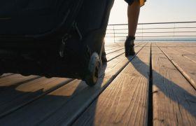 美女提著旅行箱走過甲板低視角鏡頭實拍視頻