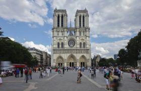 法国景点名胜巴黎圣母院教堂外风景人群延时摄影高清视频