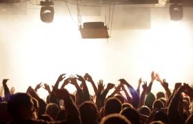 人群在灯光下的演唱会中欢呼鼓掌实拍实拍素材