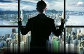 ?成功人士站在高樓大廈的窗前眺望視頻素材