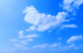 白云在蓝天中慢慢的飘动高清实拍视频素材