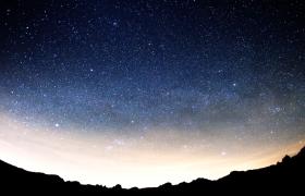 流星划过夜晚的星空高清实拍