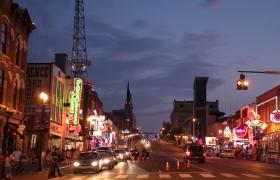 夜晚等红绿灯的车辆与人群高清实拍视频素材