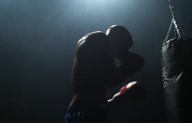 挥洒汗水的拳击手在练拳击视频素材