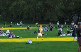 高清实拍在青草地上休闲娱?#20540;?#20154;群视频素材
