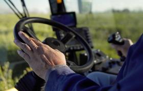 高清实拍农民使用现代化机器收割庄稼视频素材