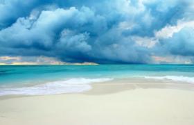 清新梦幻的海天连接一线的海浪沙滩视频素材