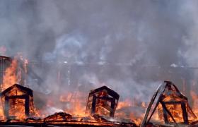 房屋倒塌变为灰烬的火灾视频素材