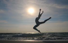 海邊跳芭蕾舞的女孩視頻素材免費下載