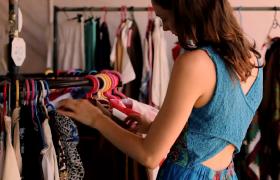 商场购物女士挑选衣服场景高清实拍