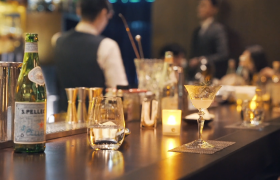 ?高清实拍吧台上的酒杯酒瓶灯光视频素材