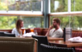 咖啡廳男女愉快交談虛景拍攝高清視頻實拍
