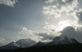 高清实拍多云天气的山顶上云层与太阳视频素材