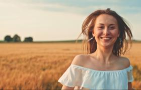 穿着一字肩衣服的女生在麦田里朝着镜头奔跑视频素材