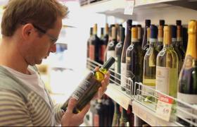 实拍外国男人在超市里挑选酒视频素材