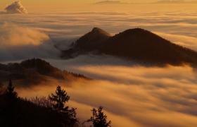 像棉花糖一样的云层在山顶上流动翻涌视频素材