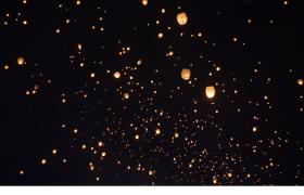 春节元宵节节日庆祝夜晚黄灯笼空中飘摆视频素材