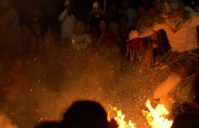人围着篝火欢乐舞蹈生活场景视频素材