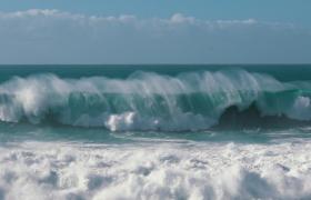 慢鏡頭拍攝波瀾壯闊的大海視頻素材
