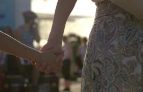 ?母亲和孩子手拉着手走在街上温馨甜蜜实拍视频素材