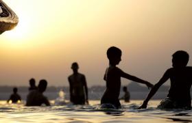 ?夕阳下孩子海边嬉戏欢笑剪影拍摄视频素材下载