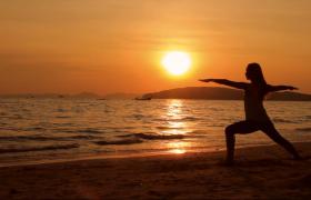 日出海边晨间女子瑜伽唯美剪影实拍视频素材下载