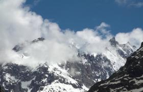 雪山庄严耸立云雾缭绕高清实拍视频素材