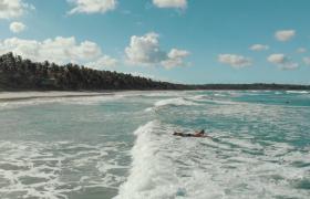 美丽海边男子海上冲浪休闲娱乐时光实拍视频素材下载
