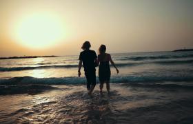 溫馨浪漫情侶手牽手海邊嬉戲觀賞日出唯美視頻素材