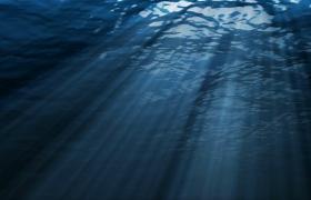 阳光穿过海面射向海底唯美景色实拍素材