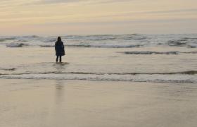 冬季女子站在海边孤独凄凉背影实拍视频素材