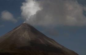 实拍火山不断冒出浓烟罕见奇观景色高清实拍素材