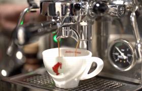 高清特写镜头下咖啡滴入杯中现代饮品广告视频素材