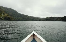 高清实拍小船行驶在湖面上景色唯美视频素材参考