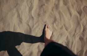 男子沙漠行走脚部特写慢动作实拍视频素材下载